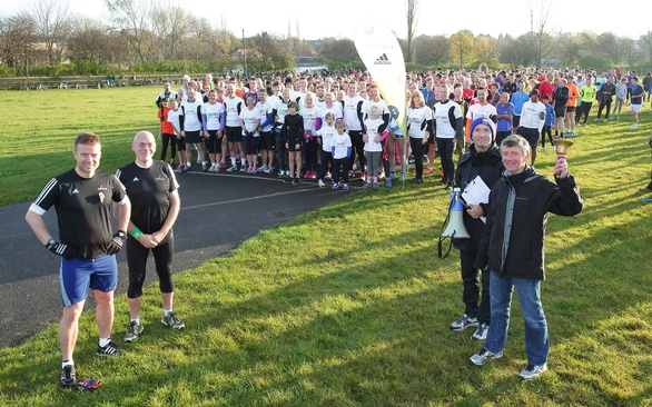 Foreground from left, Tom Williams and Chris Jones from parkrun HQ, then Russell Deane and Ian Kirtley from Newcastle parkrun. Background, Muckle Runners in white & an almost record attendance of 581 runners